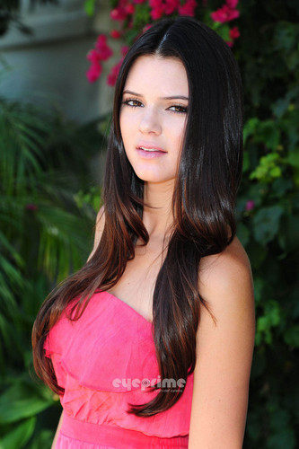 Kendall Jenner looks pretty in rosado, rosa for a Photoshoot