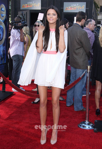 Kendall and Kylie Jenner: ग्ली 3D Premiere in Westwood, Aug 6
