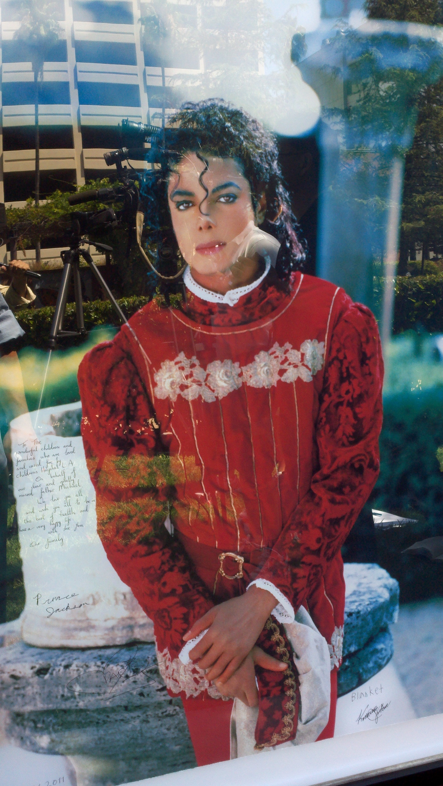 MJ's kids sign his picture