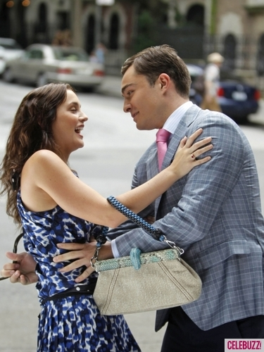 Blair & Chuck वॉलपेपर entitled Snapped on Set: Leighton Meester & Ed Westwick Get Close for 'Gossip Girl'