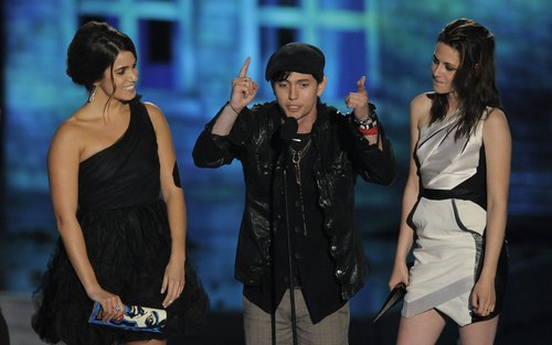 "Spike TV's ""Scream 2010"" - nikki-reed-and-kristen-stewart Photo"