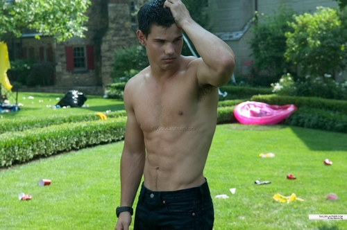 Taylor Lautner shirtless *FAINT*