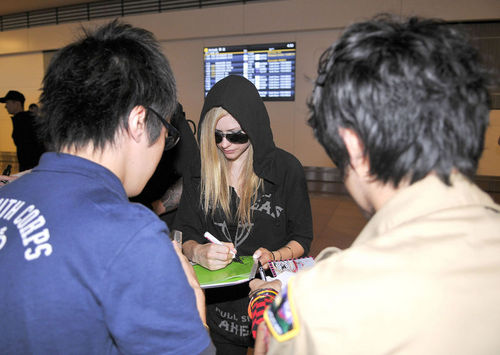 Avril Lavigne Greeted By Fans at an Airport in Tokyo!