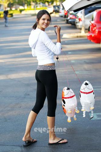 Kendall Jenner Runs Errands In Calabasas