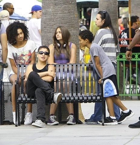 Michael Jackson's Three Children Spotted At Third đường phố, street Promenade In Santa Monica, CA