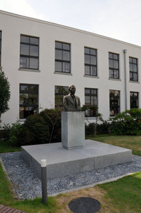 Whose likeness is the bronze statue in front of K-ON's Sakuragaoka High School made from?