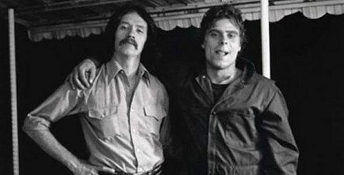 True ou False: John Carpenter ( director)made a cameo in Halloween?