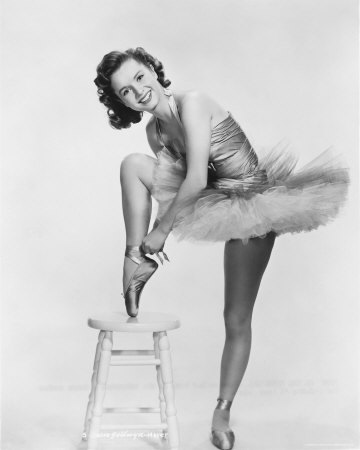 CELEBRITY HEIGHT - How tall is Debbie Reynolds?