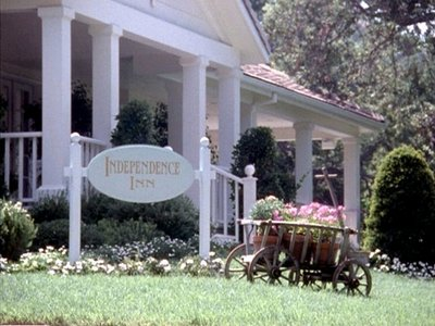 What color are the bellhops uniforms at the Independence Inn?