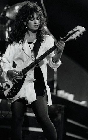 T/F? Susanna Hoffs (The Bangles) appeared in the Austin Powers films starring Mike Myers.