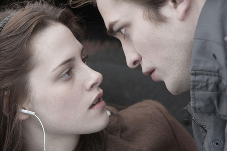 Twilight the movie: On the दिन that Edward saved Bella from Tylers van...how many of the Cullen's cars were in the parking lot?