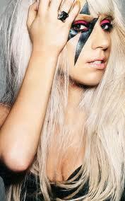 Why does Gaga tình yêu lightning bolts?