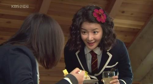 What kind of animal stuff does Min-ji give to Jan-di?