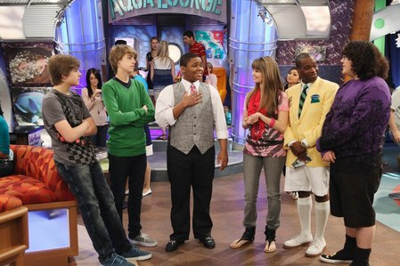 Who appear(s) first in the opening song of Suite Life on Deck Season 3?