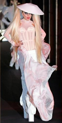 How many times did Lady GaGa walk the cat-walk in the Thierry Mugler fashion ipakita in Paris?