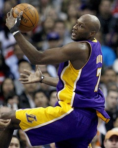 Against which team did Lamar Odom score his season high of 28 points in the 2008 - 2009 season?