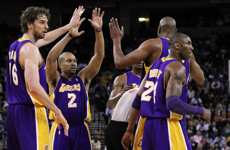 How many road games did the Lakers win in the 2010 - 2011 regular season?