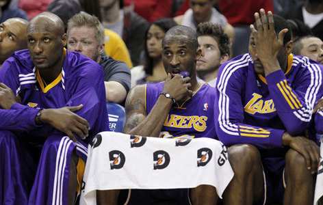 How many road games did the Lakers lose in the 2010 - 2011 regular season?