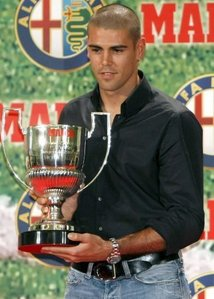 How many Zamora Trophies has V.Valdes won till now?