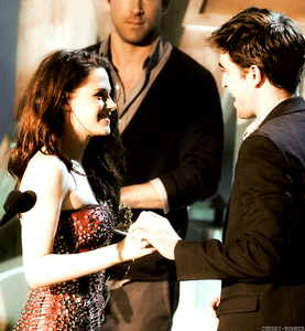 what did Kristen say to Rob when he wanted to go kiss Taylor on the MMA?