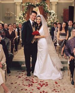 WHO DESIGNED HER WEDDING DRESS? - Monica Geller {Friends}