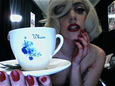 Lady Gaga often carries a ______ ティーカップ, 茶碗 and saucer in public: