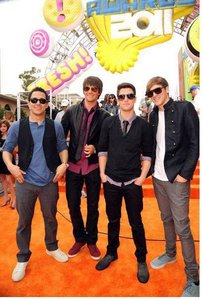 In Big Time Break Up , what was the colour of Kendall's Jacket?