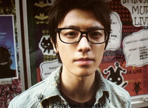 Donghae have nearsighted, he use glasses with strenght ________ dioptri.