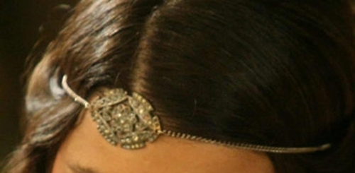 Who does wear this jewel for head?