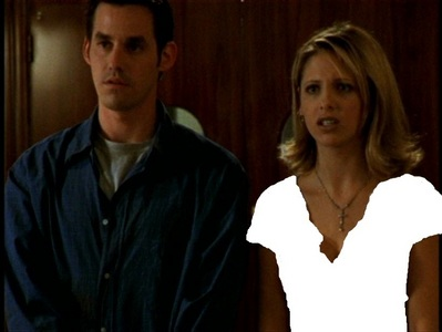 "What colour is Buffy's シャツ in ""Some Assembly Required""?"
