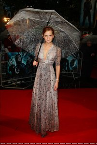 Who designed the dress Emma wore to the HP and the Half-Blood Prince UK Premiere?