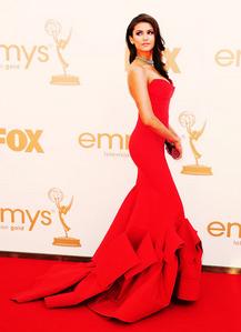 Who designed the dress Nina wore to the 2011 Emmy Awards?