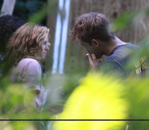 thêm pictures of Rob's visit with Kristen.