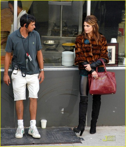 New Ashley pictures on the set of LOL