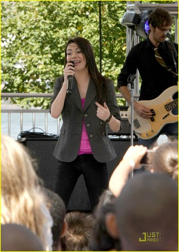 Miranda Cosgrove: Worldwide Day of Play Pretty
