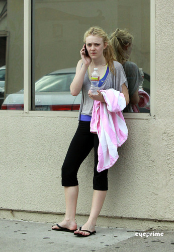 Dakota Fanning waits outside the Gym in Studio City, Oct 2