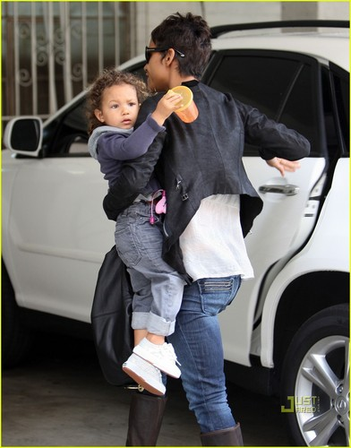Halle Berry: Rainy araw Drive with Nahla!