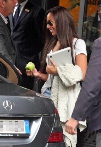 Leona Lewis Leaves her Hotel
