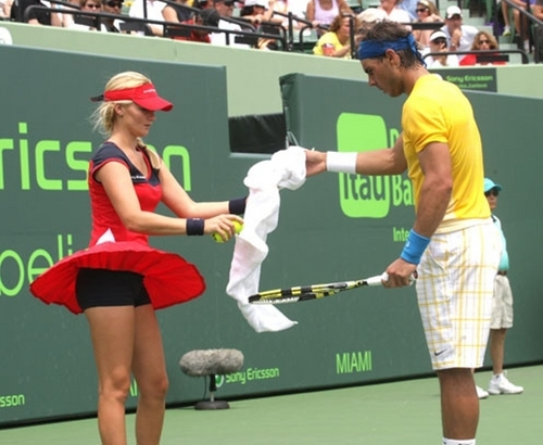 Rafa, do not look under her skirt !!
