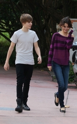 Selena & Justin out in Miami 바닷가, 비치