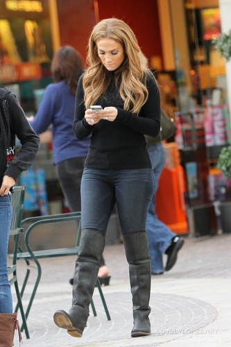 Jennifer Shopping on L.A. 12/23/10