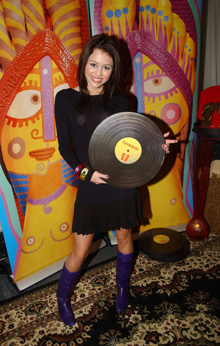 MILEY WITH HER DISC