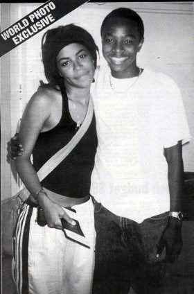 The picture of aaliyah with her fã taken when she first arrived at the Bahamas