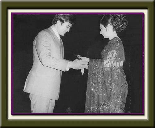 مقبول Bollywood actor, Rajesh Khanna receives the Best Actor Award from an established Hindi Film