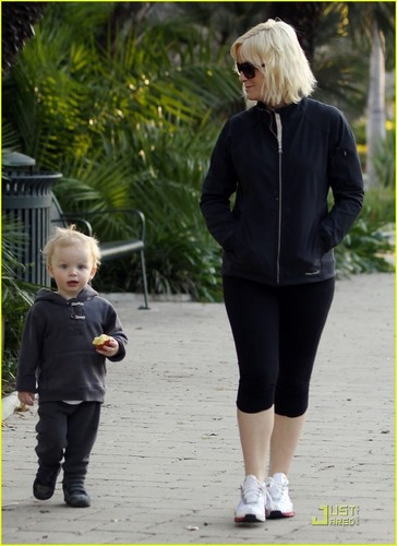 Amy Poehler: Park Walk with Archie!