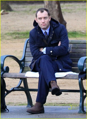 Jude Law: Park Bench Scenes for 'Contagion'