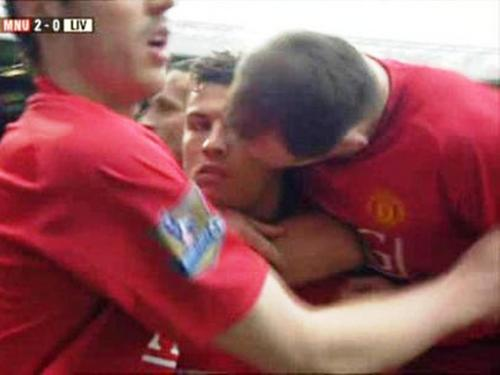 Cristiano Ronaldo had to endure a キッス from Rooney !!!