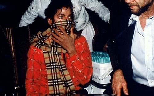 Michael Jackson wearing a burberry کے, بربیری scarf