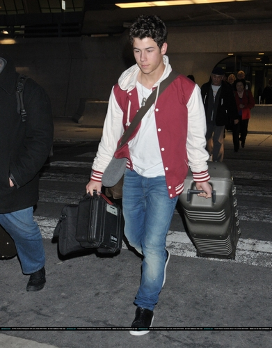 Nick desembarcando no aeroporto em Washington, DC - 23/02