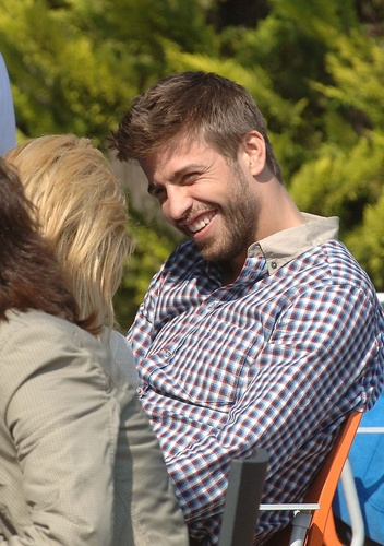Piqué: Although I am younger but I have еще wrinkles than Shakira!